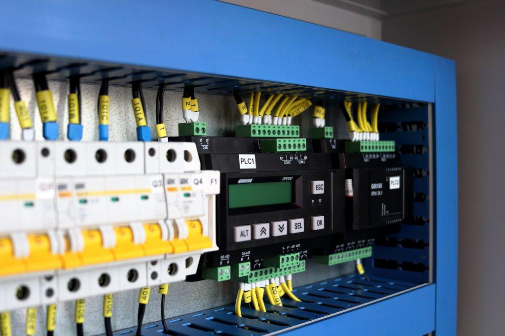 Schaltschrank mit Stromkabeln